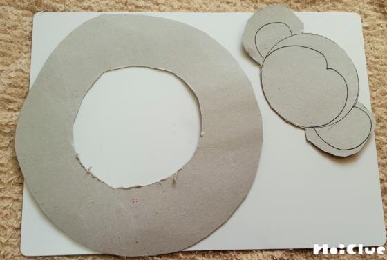 厚紙をドーナツ型に切った写真