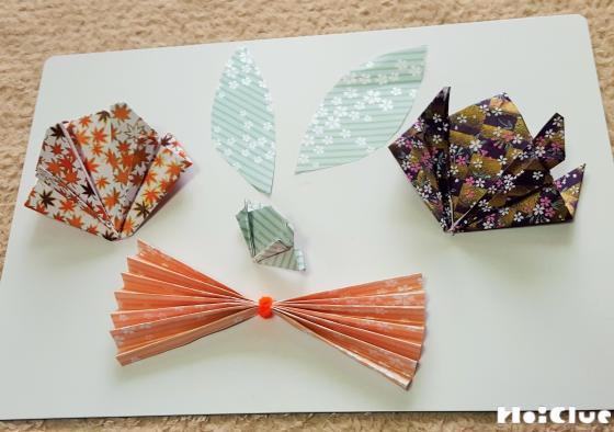 千代紙でリボンなど飾りにするものを作っている写真