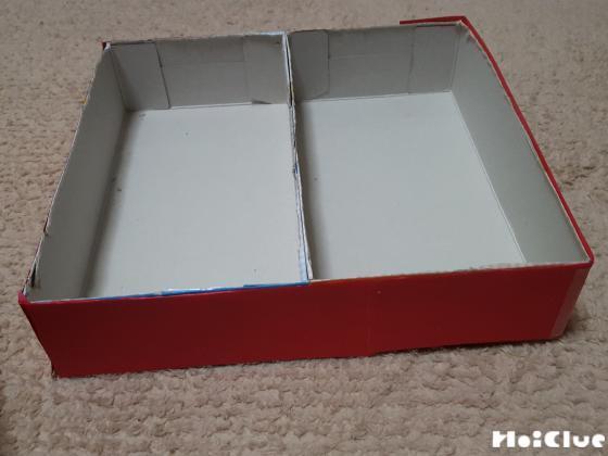 空き箱に折り紙を貼り付けた写真
