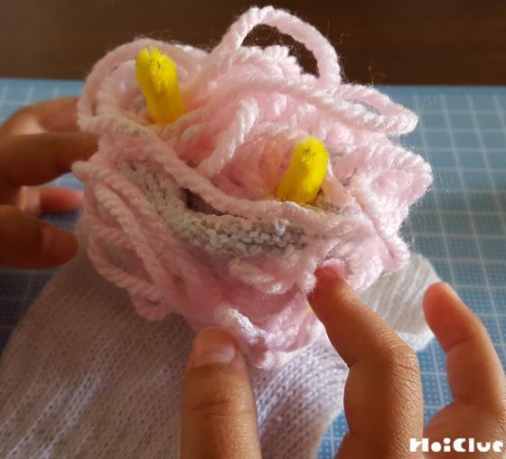 くしゃくしゃに丸めた毛糸にモールの角を2本さした様子