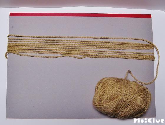 """厚紙に毛糸を巻きつけて長さを整えている写真"""""""""""