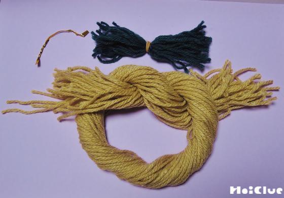 カットした毛糸で輪っかを作った写真