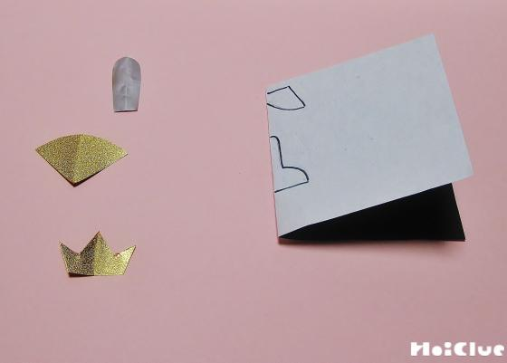 お道具の部品を折り紙を切り取って作っている写真