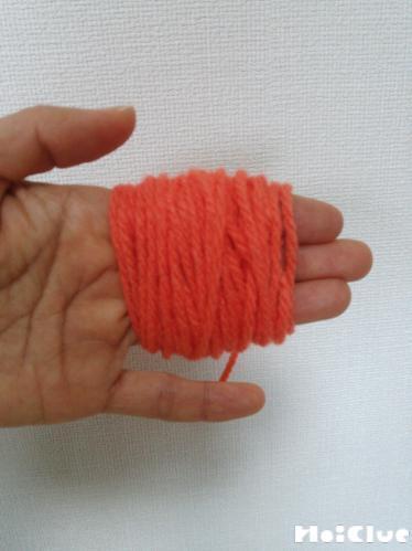 指3本に毛糸を巻きつけた様子