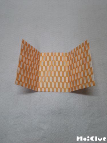 千代紙を三つに折っている写真