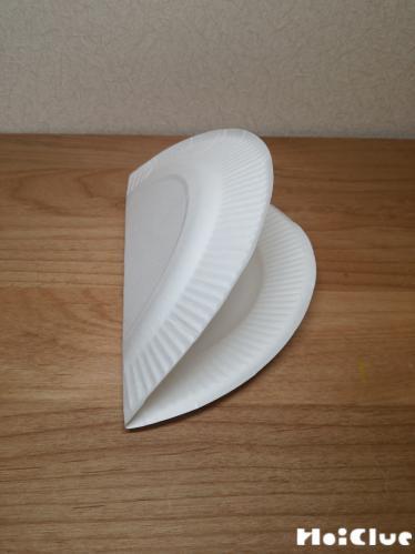 紙皿を半分に折った写真