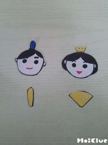 画用紙で作った顔などのパーツの写真