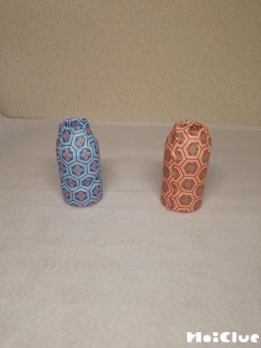 千代紙を貼り付けた2つの乳酸菌飲料の容器の写真