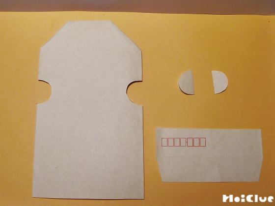 封筒の横に丸い穴を開けている写真