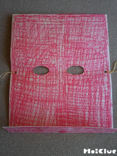 四角い厚紙に目の部分をくり抜いて両側に輪ゴムをつけた写真