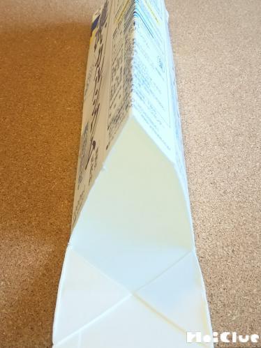 牛乳パックを一旦切り開いて三角柱になるようにおった写真