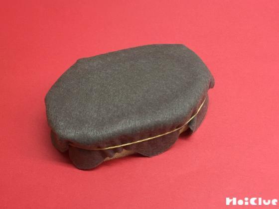 スポンジとフェルトを貼り合わせ側面を輪ゴムで固定した様子