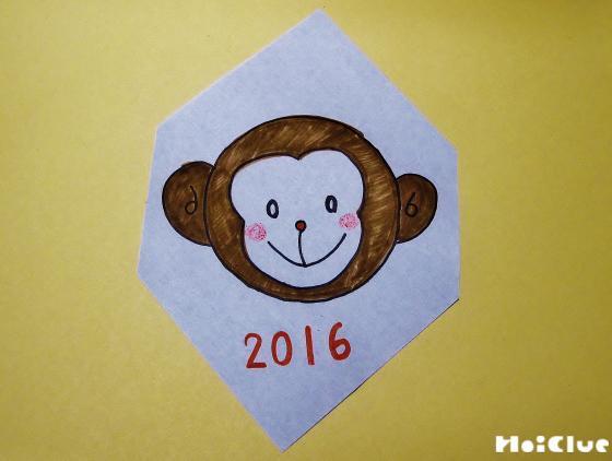 折り紙の裏側に猿の絵を描いた写真