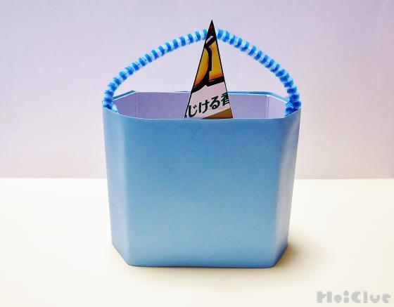 色画用紙で箱を覆った様子
