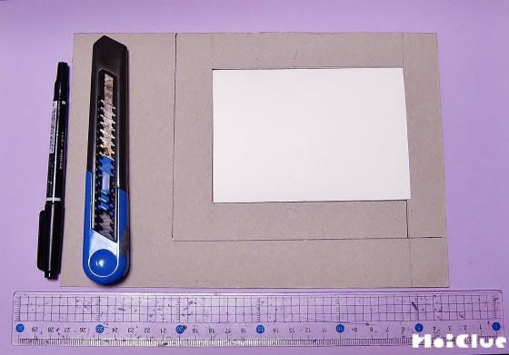 厚紙を箱と同じ大きさに切り、真ん中をくり抜いた様子