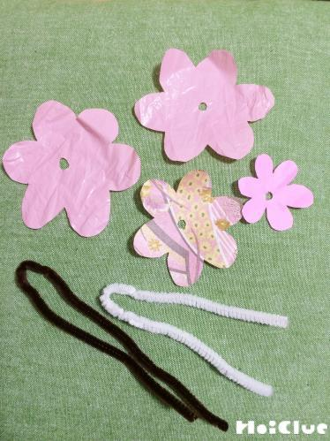 花びらの形に切り取り紐を準備した写真