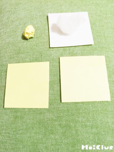 丸めた綿をクリーム色の折り紙で包んだ様子