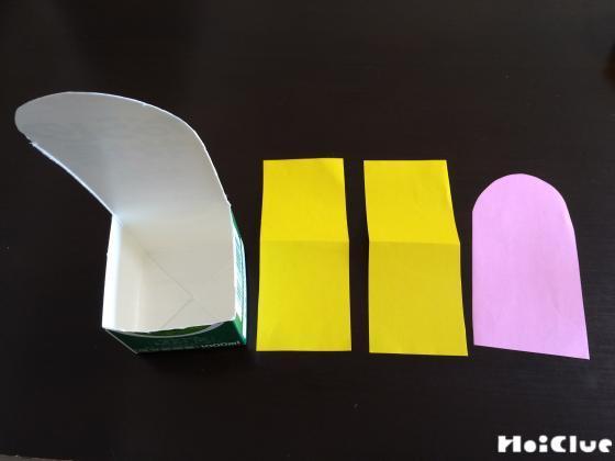 切り取った牛乳パックと、同じ大きさに合わせて切った画用紙の写真