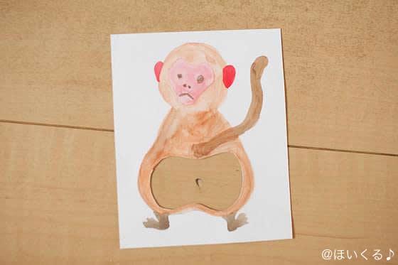 フローリングの床に猿の絵を置いた様子