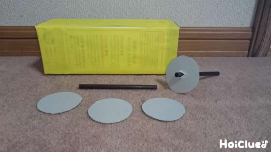 厚紙で丸を四つ作りタイヤを作っている写真