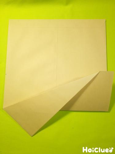 封筒を折っている写真