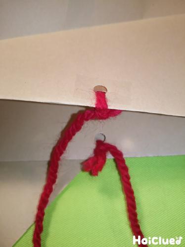 """封筒に穴をあけて毛糸を通している写真"""""""""""