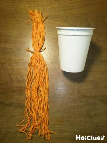 紙コップと毛糸の写真