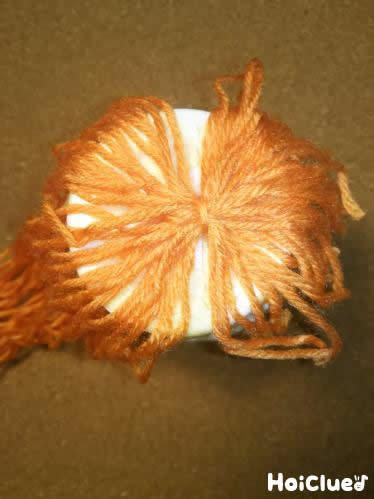 紙コップに毛糸をつけた写真