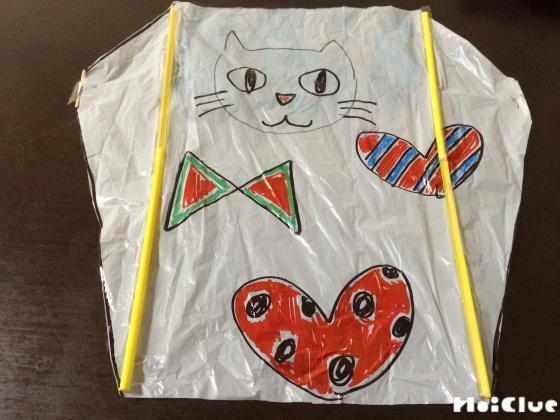 出来上がった凧にいろいろな絵を描いた写真