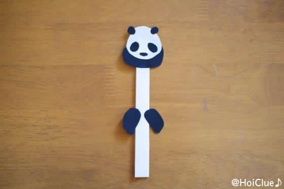細長くした白紙にパンダの切り抜きを貼り付けた写真