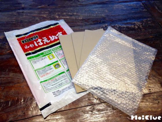 米袋とダンボールとエアパッキンの写真