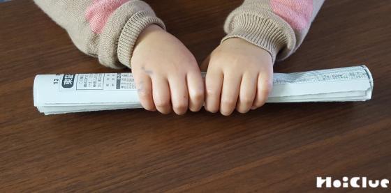 新聞紙を丸めている写真