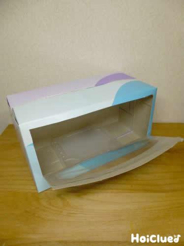 透明な四角い箱をティッシュ箱の中に入れた写真
