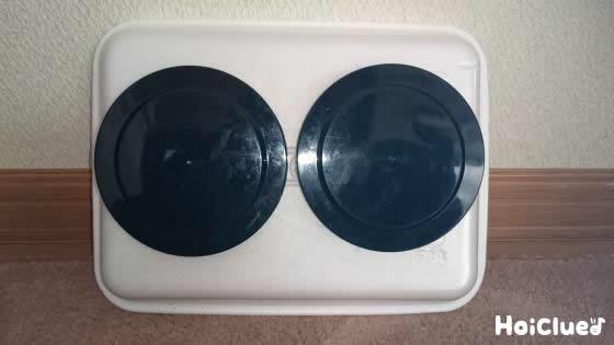 発泡スチロールトレーに丸い蓋を2個貼り付けた写真