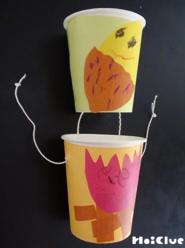 2ツノ紙コップを糸で繋いている写真