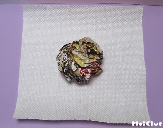 チラシを丸めてキッチンペーパーで包んだ写真