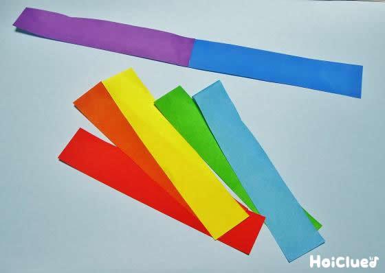 虹色7色の色紙を細長く切り1本に繋げた写真
