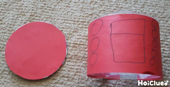 側面にスイッチの絵を描いた画用紙を貼り、フタにも丸い画用紙を貼った写真