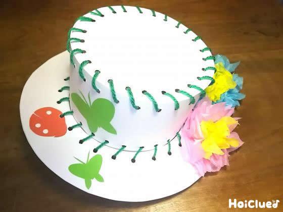 完成した帽子に折り紙などで飾り付けした写真