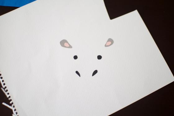 顔のパーツを作っている写真