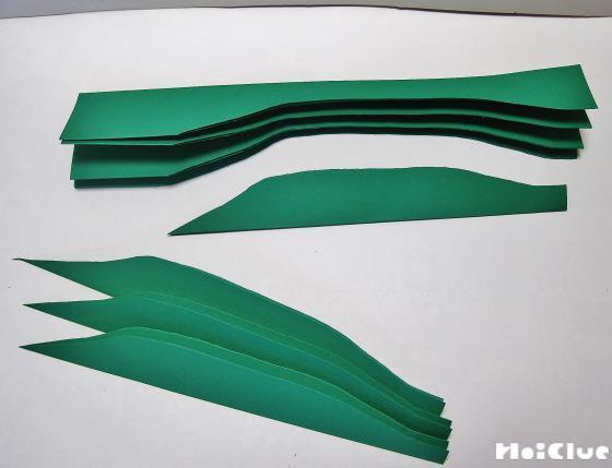 茎と葉っぱの部分の色画用紙を切り取っている写真