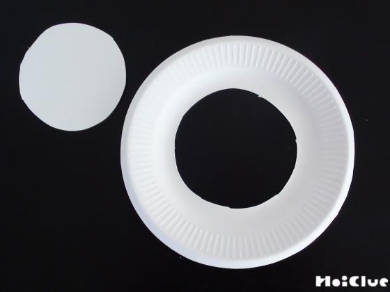 紙皿をドーナツ型に切り抜いた写真