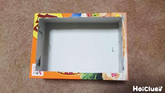 空き箱の片面を四角く切り抜いた写真
