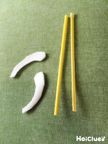 ストロー2本と、食品トレーで作ったメガネのパーツの写真