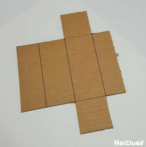 段ボールで箱の展開図を作った写真