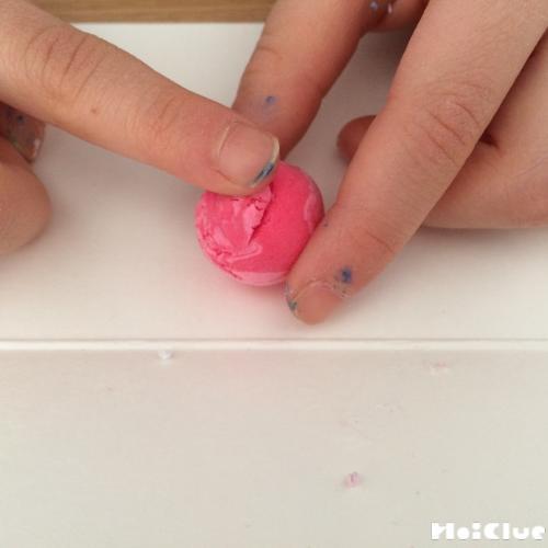 丸い紙粘土を滑らかにしている写真