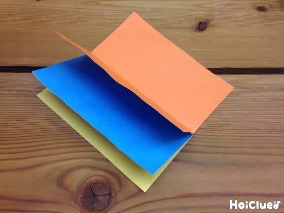 折り紙を何枚か貼り合わせた写真