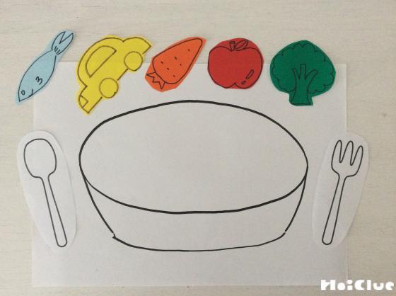白いお鍋の絵の上に具材の絵を並べた写真
