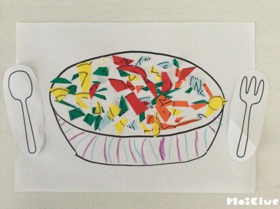 白いお鍋の絵の上に切った具材を並べた写真
