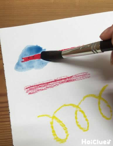 その上から水彩絵の具で色を乗せている写真